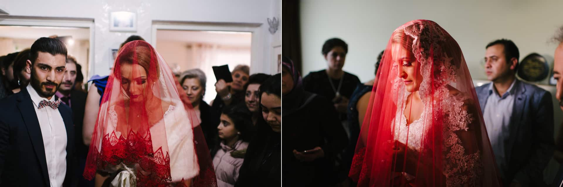 Die Braut verlässt das Haus und verabschiedet sich noch mal