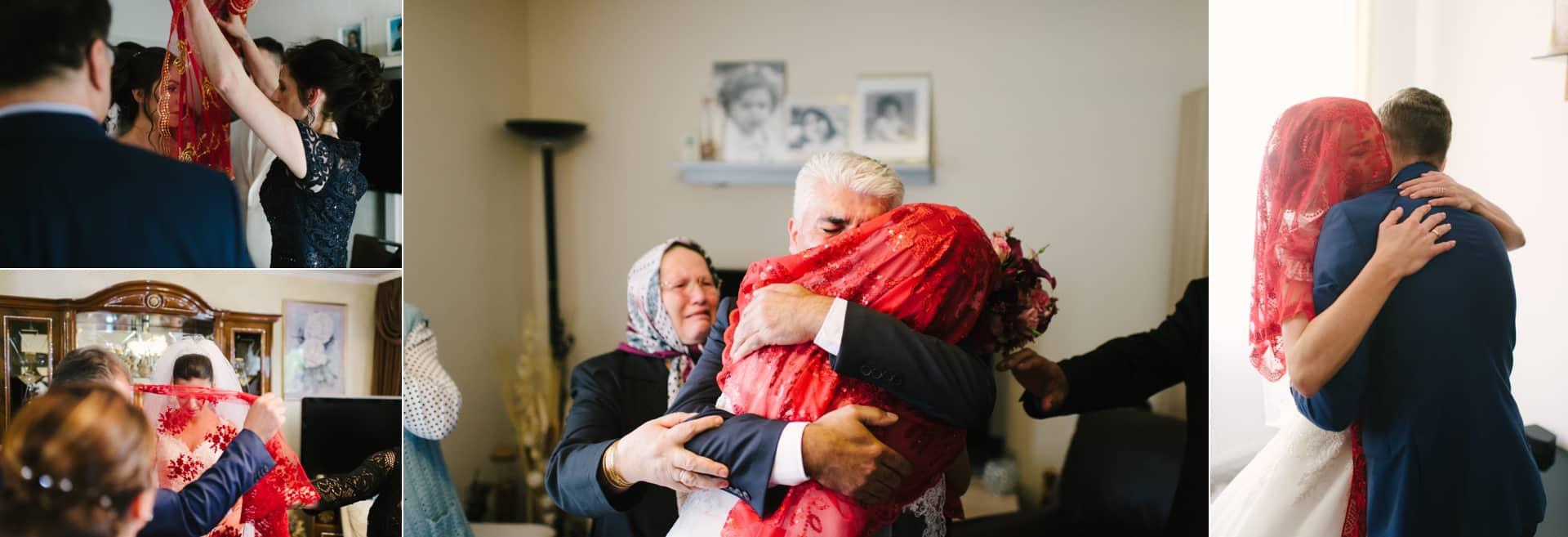 Der Braut wird ein rotes Tuch über den Kopf gelegt und dann verabschiedet sie sich von ihrer Familie bei der Brautabholung - Gelin Alma