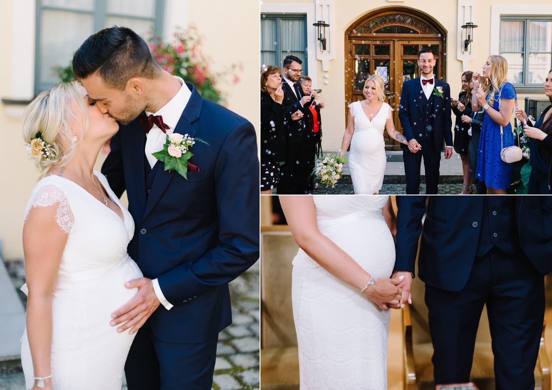 Schwangere Braut und Bräutigam heiraten im Standesamt in Ismaning