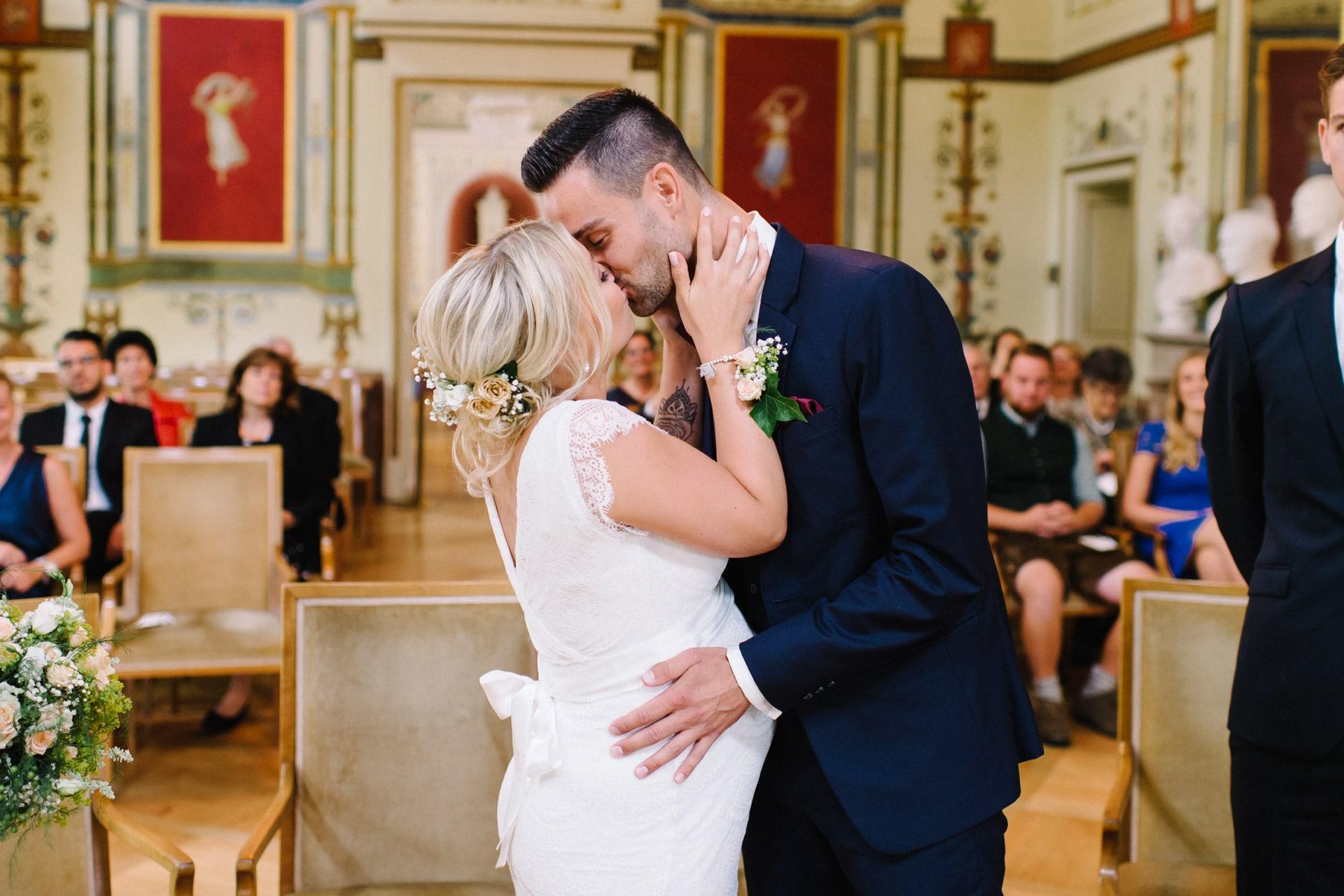 Schwangere Braut und Bräutigam heiraten im Standesamt Ismaning